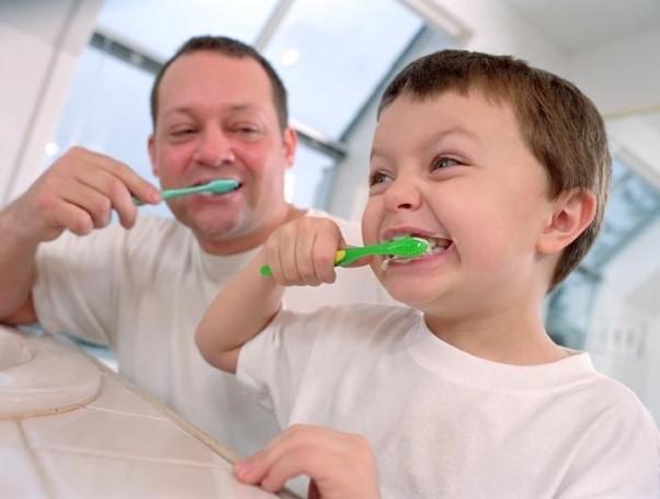 Chế độ ăn, bao gồm những loại thức ăn và độ thường xuyên bạn dùng chúng, đóng một vai trò quan trọng trong việc tạo ra và duy trì sức khoẻ răng miệng. Bánh kẹo từ lâu đã được xem là có liên quan đến bệnh sâu răng, nhưng có nhiều thứ khác ngoài bánh kẹo có thể ảnh hưởng xấu tới răng. Nhiều loại thức ăn và đồ uống, đặc biệt là các loại có nhiều đường, đều thúc đẩy nhanh quá trình sâu răng.    Chăm sóc răng và nướu  Việc thường xuyên loại bỏ mảng bám quanh răng nói trên là rất quan trọng. Hãy chải răng 2 lần 1 ngày và vệ sinh kẽ răng bằng chỉ nha khoa hoặc dụng cụ làm sạch kẽ răng 1 lần 1 ngày. Một khi mảng bám đã hình thành, chúng có thể gây phù nề và chảy máu nướu răng  Bạn nên đến nha sĩ định kỳ để được kiểm tra răng miệng toàn diện và vệ sinh răng miệng chu đáo.  Chế độ ăn và sức khoẻ răng miệng  Việc chú ý tới thói quen ăn uống có thể giảm bớt nguy cơ bị sâu răng. Việc thường xuyên uống các đồ uống có đường như soda (sô-đa), nước trái cây,), hay nước có hương liệu sẽ tạo môi trường gây sâu răng  Việc để mắt tới lượng đường trong chế độ ăn cũng có thể giúp bạn giữ gìn răng miệng. Hầu hết các loại thức ăn đều chứa đường. Ví dụ, trái cây và rau củ chứa đường tự nhiên, trong khi các loại thức ăn khác đều được bổ sung đường. Bạn có thể giảm thiểu nguy cơ sâu răng do ăn quá nhiều đường bằng cách hạn chế các thực phẩm nhiều đường. Ngoài ra, nên ăn đồ ngọt trong bữa ăn chính hơn là ăn vặt. Nước bọt được tiết ra nhiều hơn trong bữa ăn chính so với khi ăn vặt. Chính nước bọt giúp giảm các loại acids gây sâu răng và tráng sạch các hạt thức ăn nhỏ trong miệng.  Việc nhai kẹo cao su cũng giúp kích thích tiết nước bọt, tăng thêm calcium (canxi) và phosphate (phophat) trong nước bọt để giúp củng cố men răng. Nhai kẹo cao su không đường trong vòng 20 phút sau bữa ăn giúp phòng chống sâu răng.  Chế độ ăn cân đối  Chế độ ăn cân đối rất quan trọng trong việc duy trì sức khoẻ tổng quát của bạn. Ủy ban Lương thực Hoa Kỳ (The United States Department of Agriculture (USDA)) khuyến khích